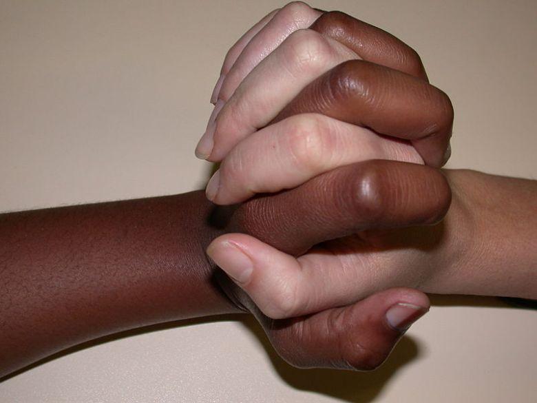 Kädet yhdessä