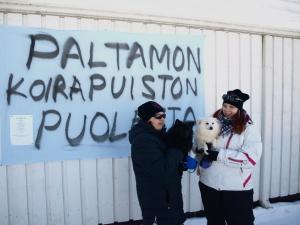Paula ja Veera Soldatkin koiriensa Usvan ja Helmin kanssa